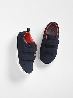 Navy retro trainers.